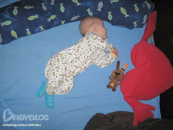Грудничок выгибает спину и запрокидывает голову: причины у новорожденного и грудного ребенка в 3-4 месяца, мнение комаровского