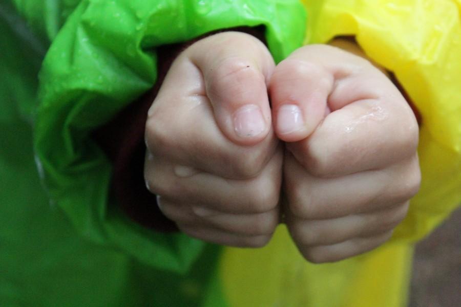Доченьке 2 месяца. начала интенсивно сосать кулак. прочитала, что ребенок может испортить прикус и «высосать» пальцы. что делать?
